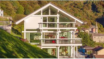 Schweizer Bauherren setzen auf Speziallösungen im Hang von HUF HAUS